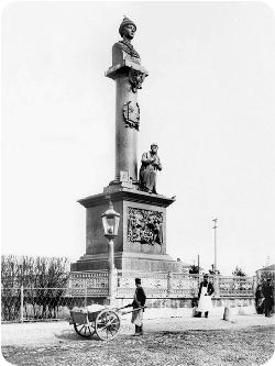 Старый Памятник Сусанину | Стела «400 лет дома Романовых»