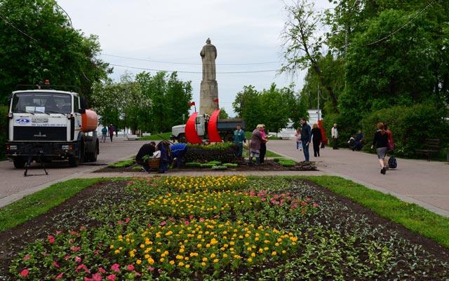 Костромские улицы и парки начали украшать живыми цветами